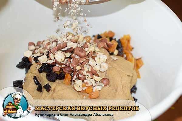 высыпать в тесто орехи и сухофрукты