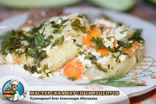 кабачки тушеные с морковью на тарелке