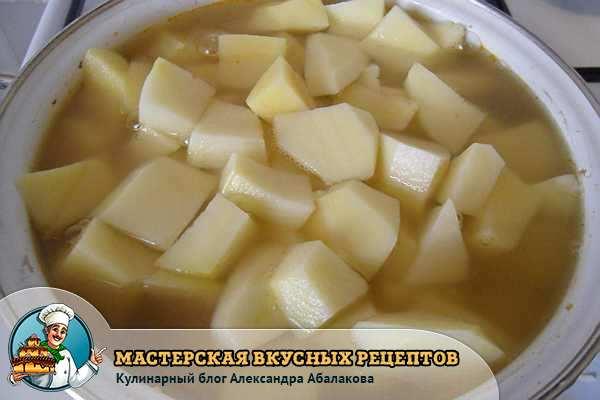 картофель резанный в чашке с бульоном