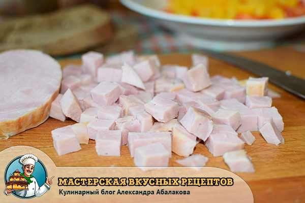колбаса порезана на кубики