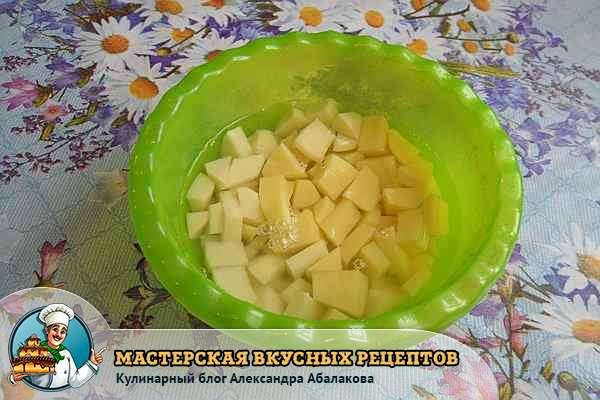 кубики картофеля в воде