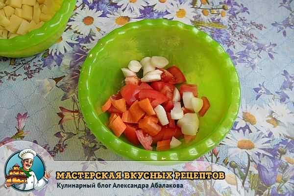 нарезанные морковь помидоры чеснок