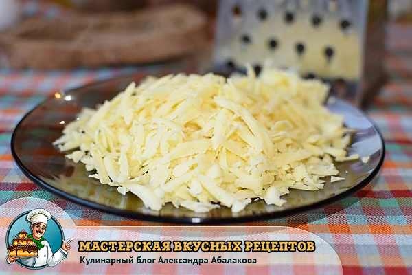 натертый сыр лежит на тарелке