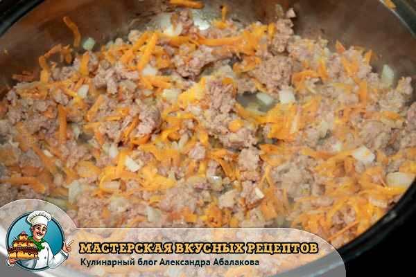 обжарить овощи с фаршем в сковороде
