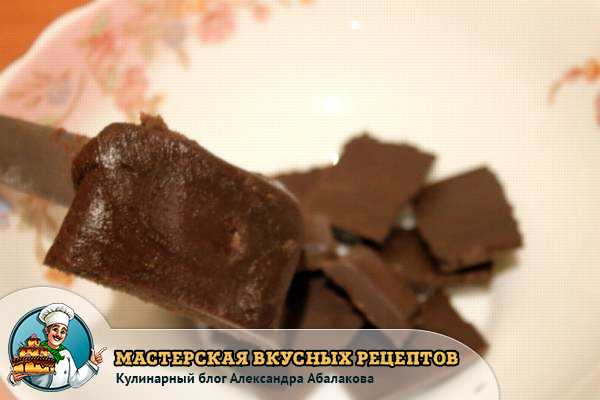 разломить плитку шоколада