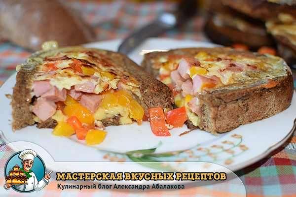 разрезанный хлеб с колбасой и яйцом
