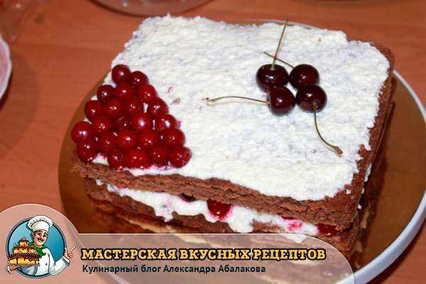 торт со сливочным кремом и вишней