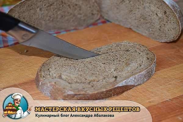 вырезать мякоть у кусочка хлеба