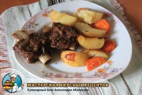 запеченная картошка и ребрышки на тарелке