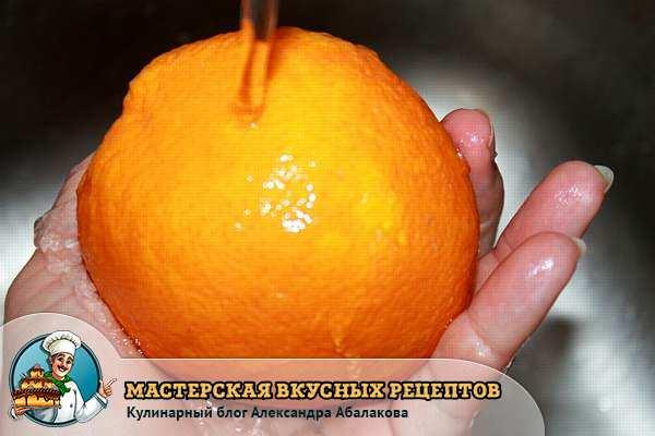 апельсин в руке