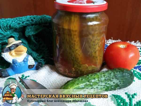 банка с маринованными в кетчупе огурцами