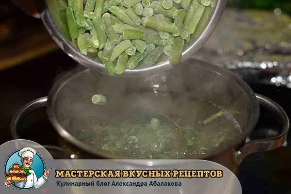 кладу фасоль в кипящую воду