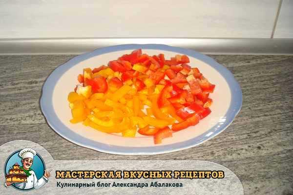 нарезанный желтый и красный перец в тарелке