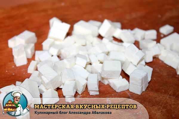 нарезать сыр маленькими кубиками