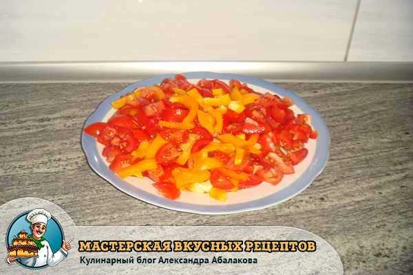 смешать нарезанный перец и помидоры