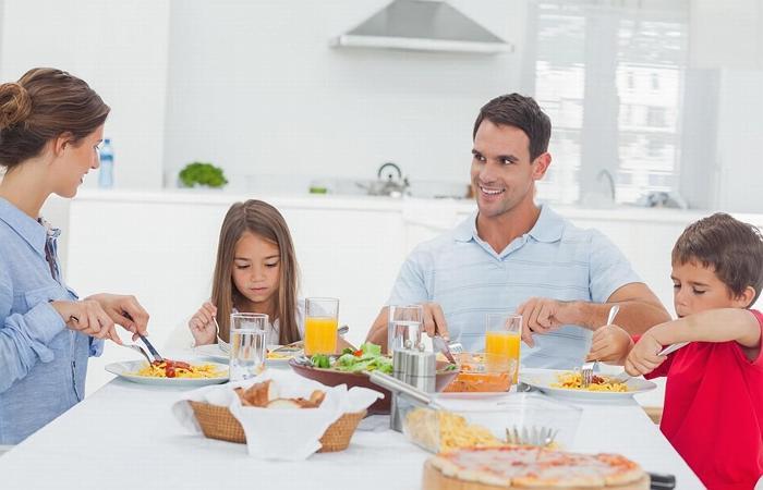 дружный семейный обед