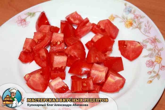 помидоры кубиками в тарелке