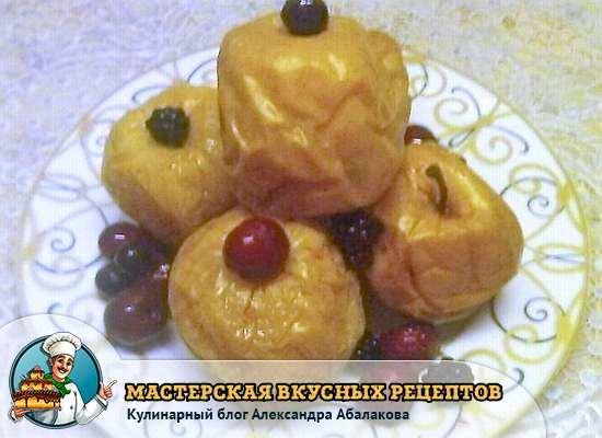 пять моченых яблок с ягодами