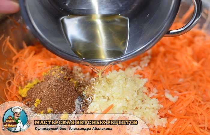 вливаю растительное масло в морковь