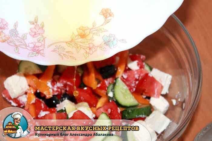 вылить соус в чашку с салатом