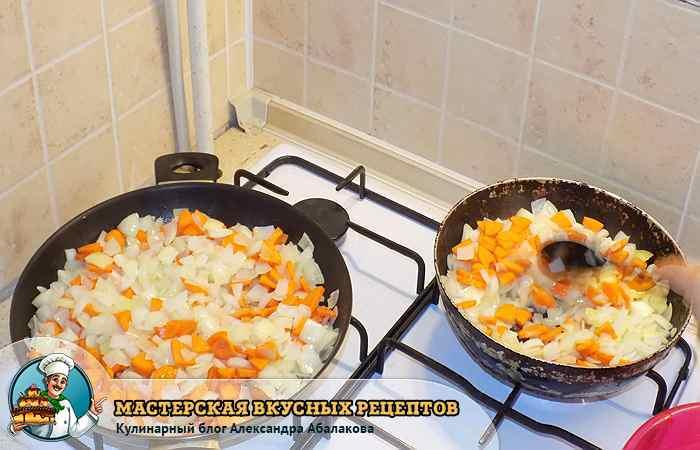 две сковороды с поджаренными овощами