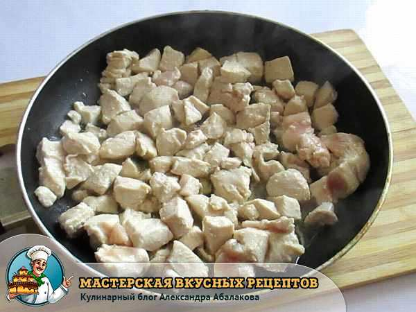 куски курицы в сковороде готовятся