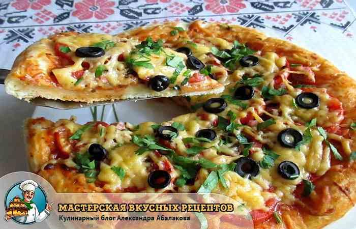 отрезанный кусок от пиццы на дрожжах
