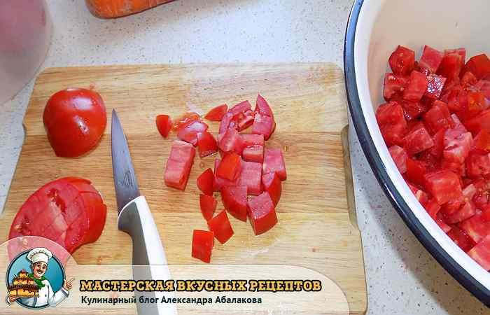помидор кубиками нарезан ножом