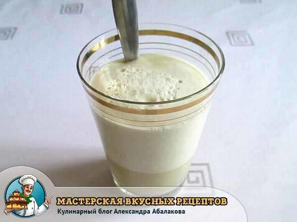 сахар и дрожжи в стакане с водой