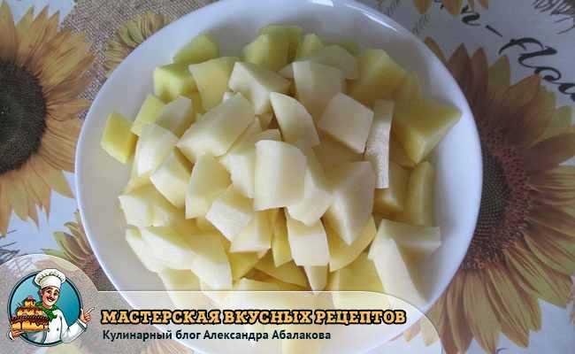 картофель кубиками в тарелке на столе