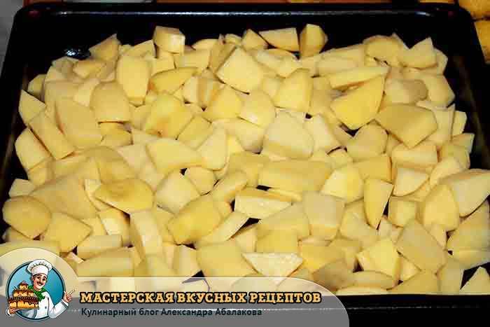 картошка уложена на противень