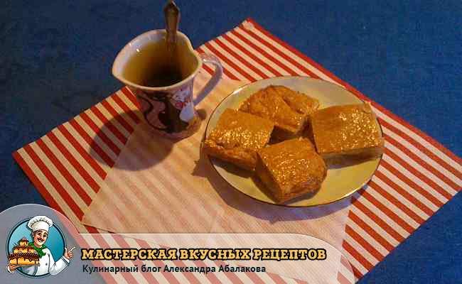 кружка чая и четыре кусочка пирога
