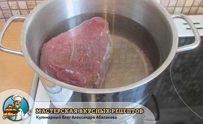 кусок говядины в кастрюле