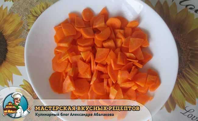 морковь ломтиками в тарелке на столе