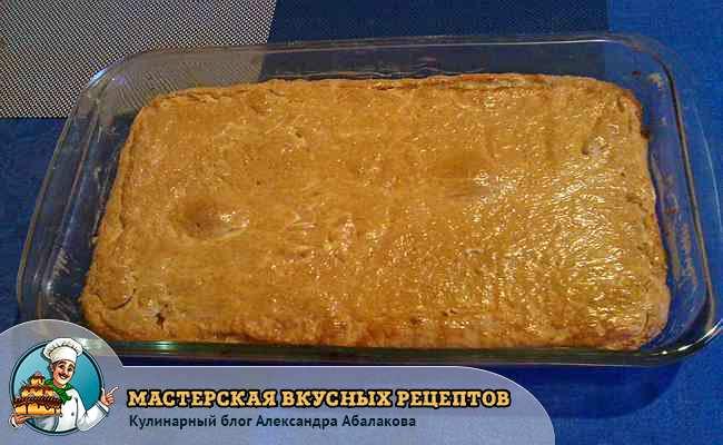 смазать поверхность пирога яйцами при помощи кисти