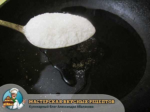 столовая ложка сахара над сковородой