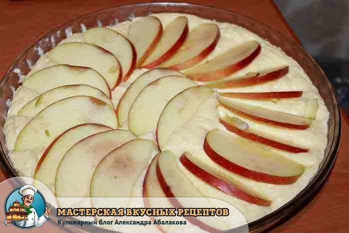 выложить на творог дольки яблок