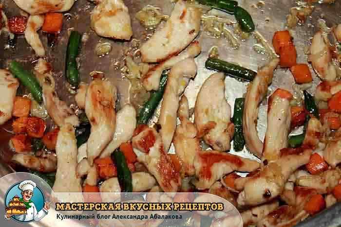 курицу смешать с обжаренными овощами