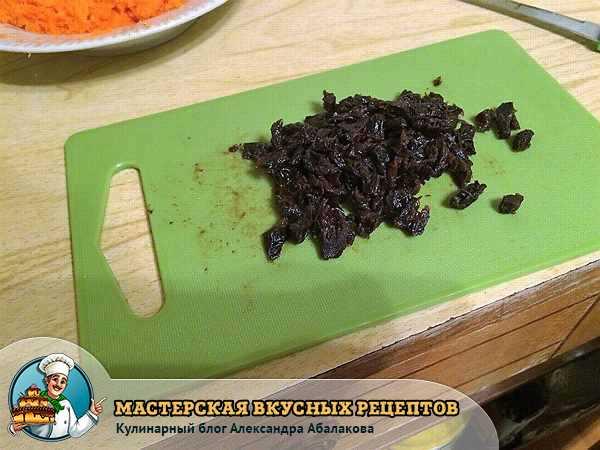 мелко нарезать размягченный чернослив