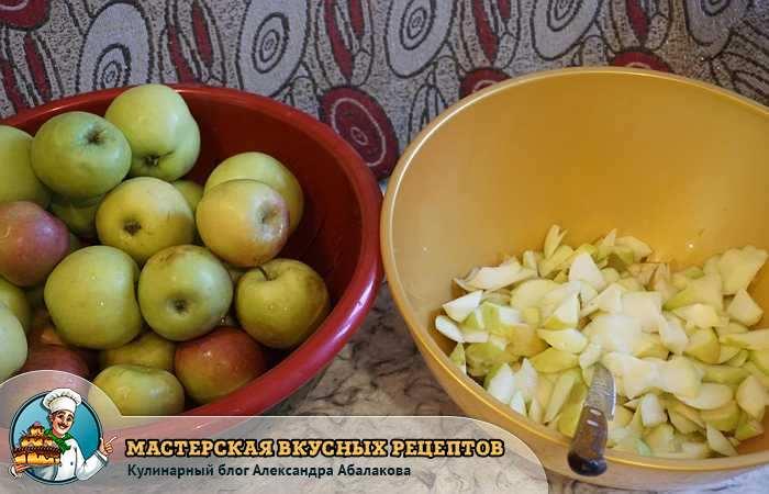 нож в тазике с нарезанными яблоками