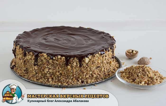политый шоколадом десерт с орехами