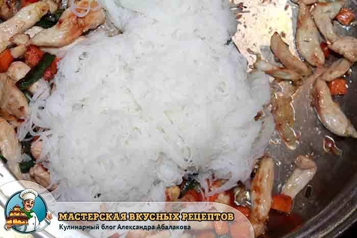 рисовая лапша на овощах и мясе