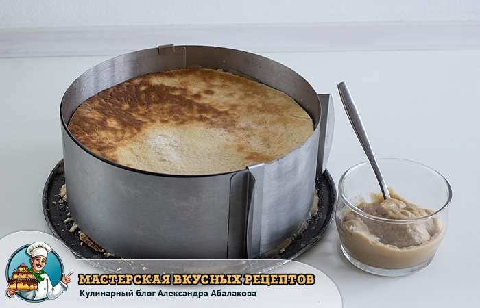 уложить коржи в форму приготовить крем