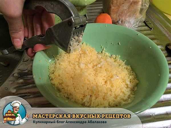 выдавить чеснок в сыр