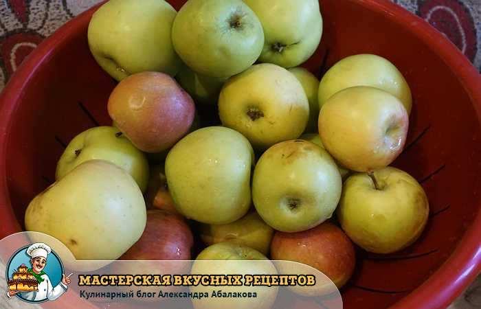 зеленые и красные яблоки в тазике