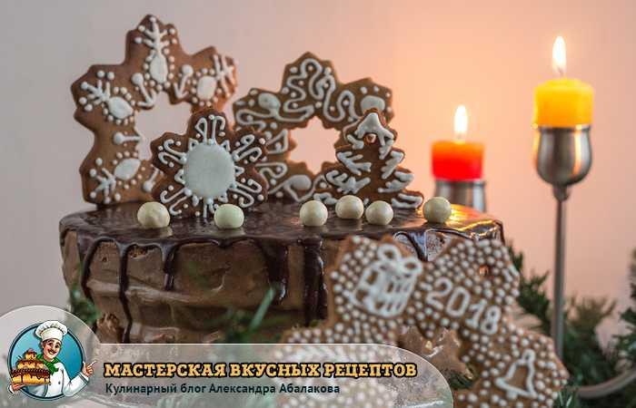 горят свечи на новогоднем столе возле торта