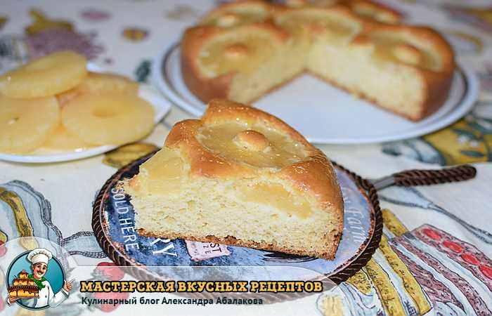 консервированные ананасы и разрезанный пирог