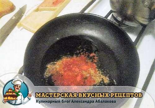 красный перец со специями в разогретом масле