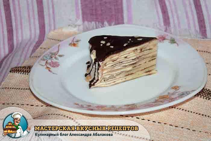 кусочек блинного торта на тарелке