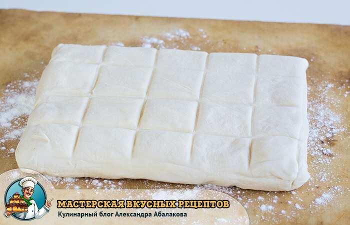 слоеное тесто размечено на квадратики